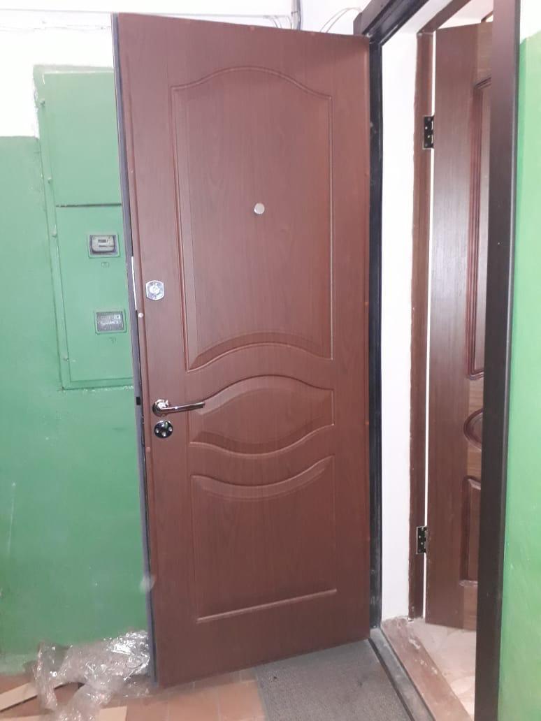 ремонт двери, установлена новые панель МДФ, замки - верх Эльбор, - низ Mottura, дверная ручка